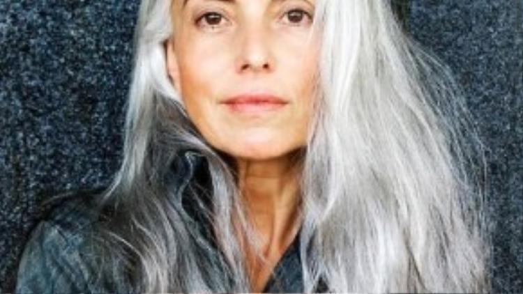 """Yasmina Rossi rất yêu mái tóc bạc trắng của mình. """"Mái tóc bạc giúp các nét trên khuôn mặt tôi trở nên mềm mại hơn và làm diện mạo của tôi tươi sáng hơn. Mái tóc bạc chính là loại mỹ phẩm tuyệt vời nhất""""."""