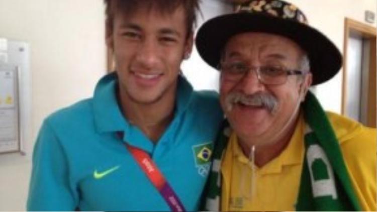 Ông chụp cùng với Neymar.