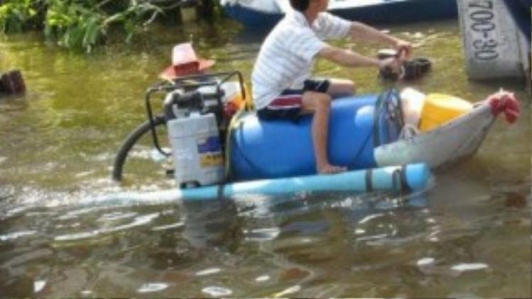 Xuồng máy được chế tạo từ một chiếc máy bơm nước trong vườn.