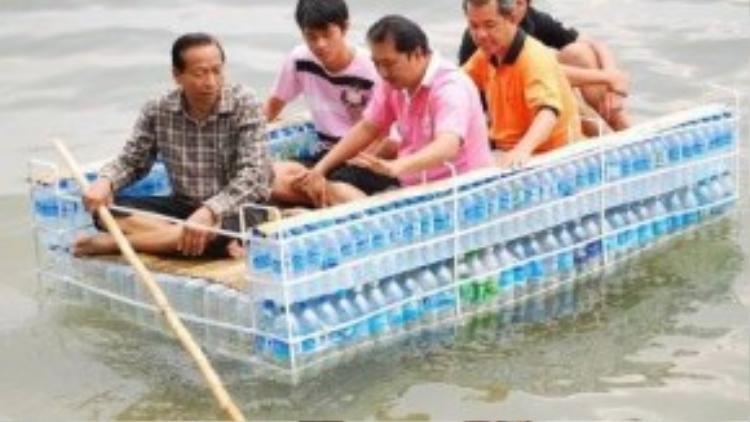 Một chiếc thuyền được làm từ những tấm ván và vỏ chai nhựa.