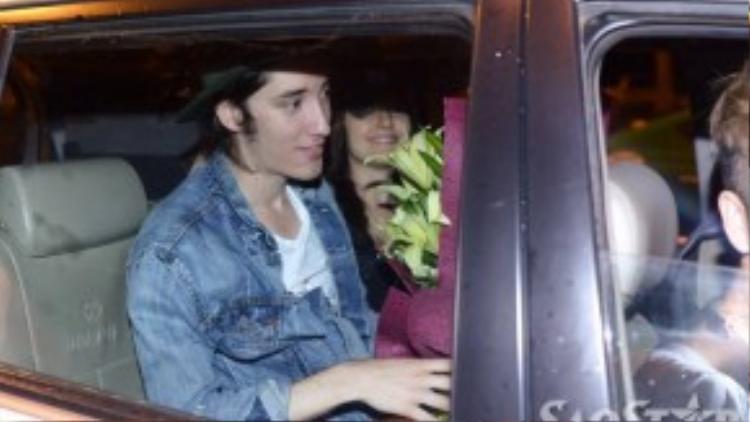 Taylor John Williams lên xe ra về khách sạn để chuẩn bị cho buổi trình diễn tại đêm Gala Giọng hát Việt.