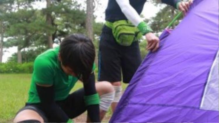 Các đội chơi bắt tay vào việc dựng lều.