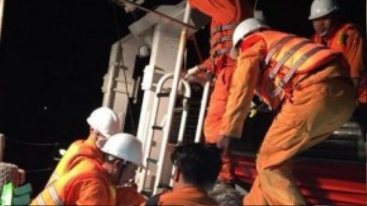 Lực lượng cứu hộ trên tàu SAR 413 chuẩn bị phương án cứu nạn.