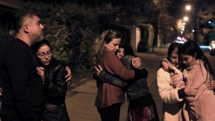 Người dân Chile an ủi nhau sau khi địa chấn xảy ra.