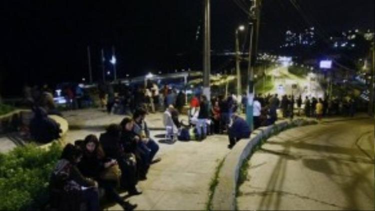 Mọi người vội vã lao khỏi nhà khi địa chấn xảy ra. Ngay sau đó, cảnh báo sóng thần cũng được phát đi khiến người dân Chile tiếp tục tìm nơi náu thân ở những khu vực cao.