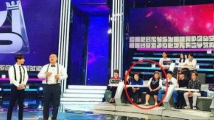 Suho và Hong Yoon Hwa ngồi cạnh trong chương trình Star King.