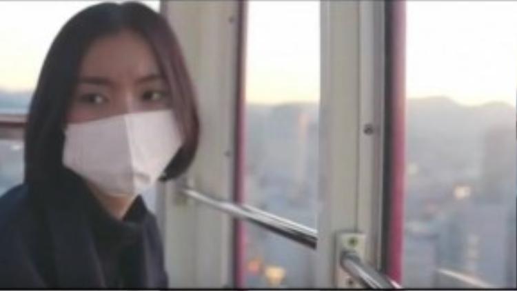 Hàng ngày cô đều đeo khẩu trang và không ai thấy được gương mặt thật của Lalin.