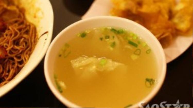 Nước súp hoàn toàn được làm từ đậu nành và cám cơm, với vị thanh nhẹ giúp giảm bớt cái cay nồng của tô mì trộn.