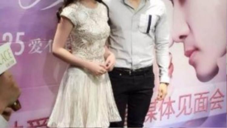 Song Seung Hun và Lưu Diệc Phi không thân thiết với nhau phía sau ống kính khi tham dự sự kiện gần đây tại Thành Đô (Trung Quốc).