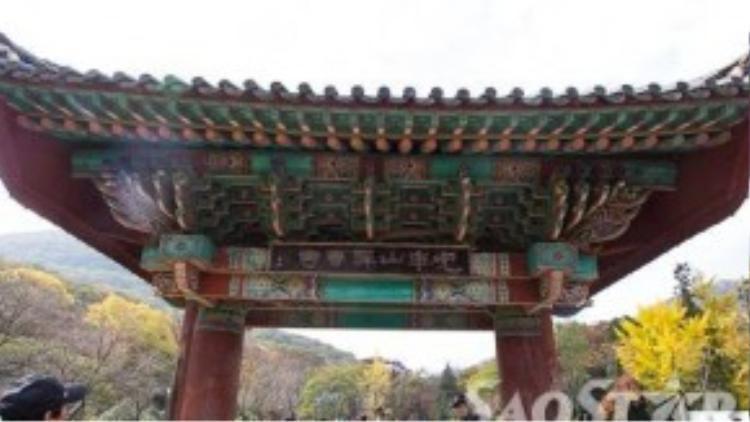 Cổng chùa với những nét kiến trúc đặc trưng của Hàn Quốc.