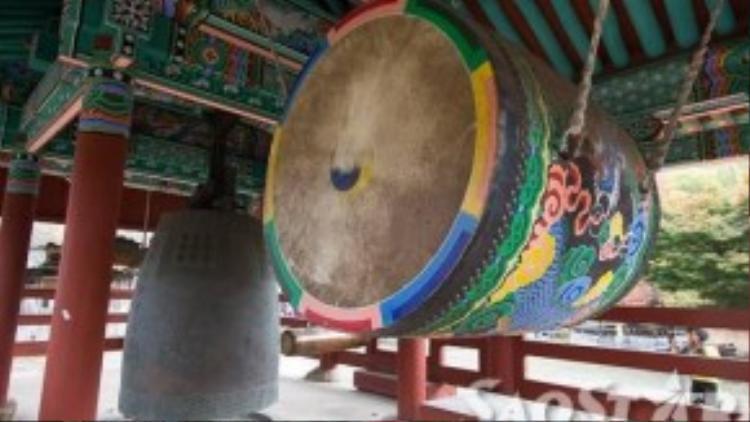 Bộ trống và chuông cổ trong chùa Seonunsa.