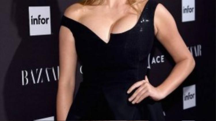 Tuy nhiên, một bên quai áo trễ xuống vai khiến đôi gò bòng của Kate bên thấp bên cao.