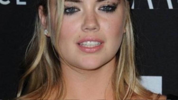 Người đẹp cũng bị nhòe mascara trên mí mắt. Ở tuổi 23 nhưng nhan sắc mặn mà khiến Kate bị lầm tưởng như một quý cô 30.