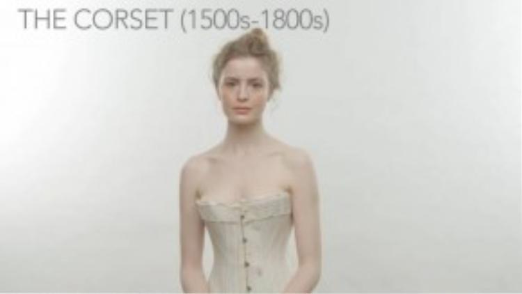 Chiếc áo coóc xê giúp chị em có thân hình đồng hồ cát, chuẩn mực của thời đại này. Nhưng nó lại gây nhiều di chứng về sau, do nội tạng người mặc bị chèn ép. (Ảnh chụp từ clip)