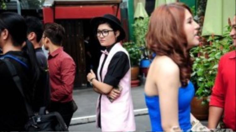 Trong khi Vicky Nhung đứng trầm tư thì Tố Ny lại say sưa trò chuyện cùng người khác.