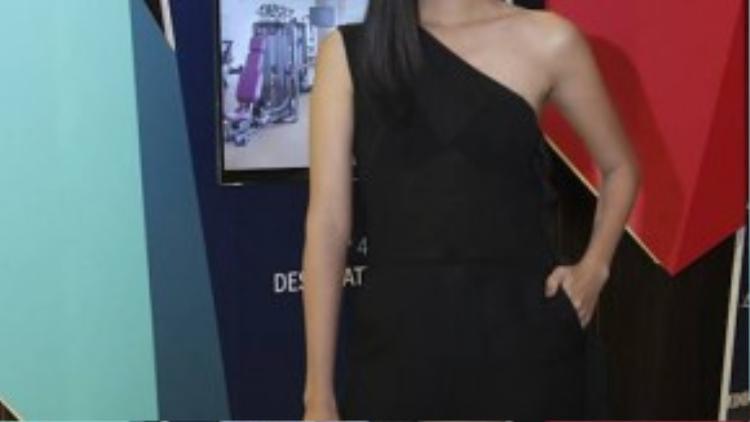 Người mẫu Nhã Trúc diện nguyên cây đen với bộ jumpsuit lệch vai đầy quyến rũ. Cô nàng cũng không quên lăng xê xu hướng son môi màu nâu đang được ưa thích hiện nay.