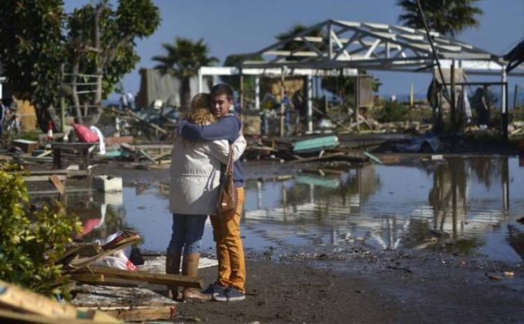 Chile hoang tàn trong đống đổ nát sau trận động đất, sóng thần