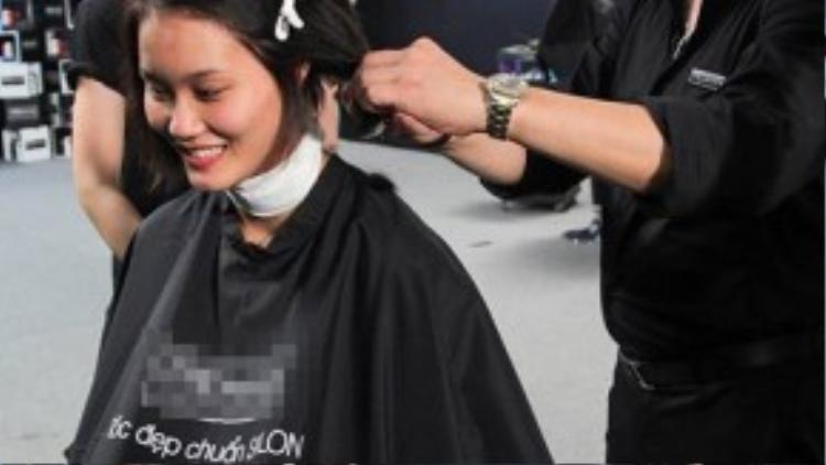 Mái tóc vốn đã ngắn của Đào Thị Thu giờ đây lại tiếp tục được cắt ngắn hơn.