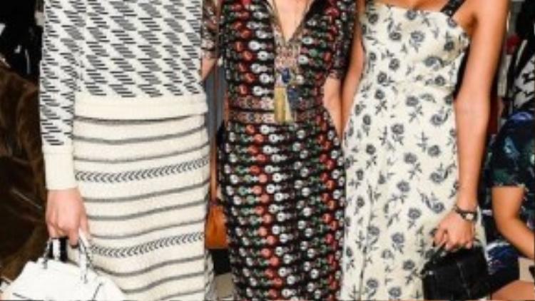 Trong một show thời trang khác, cô nàng đồng hành cùng Liu Wen và Maggie Q. Cả ba đều chọn những trang phục họa tiết nổi bật và sành điệu.