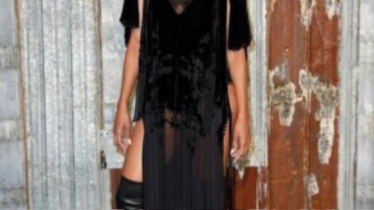 Nữ ca sĩ R&B Ciara khẳng định gu thời trang đẳng cấp với đầm xẻ vạt mix cùng boots cao. Chất liệu nhung đã khiến cho bộ trang phục càng trở nên lộng lẫy, sang trọng nhưng cũng không kém phần cá tính.