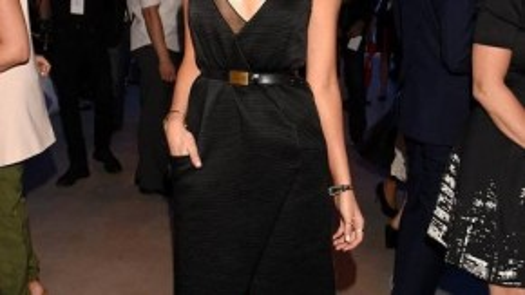 Hoa hậu Hoàn vũ 2012 Olivia Culpo kiêu sa trong chiếc đầm hai dây đơn giản, được nhấn nhá bằng thắt lưng da bản kim loại.