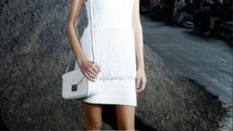 Trong chiếc váy len trắng đơn giản kết hợp bới boots cao, fashion icon người Anh Alexa Chung vẫn cực kì thu hút tại show diễn thời trang của Phillip Lim.