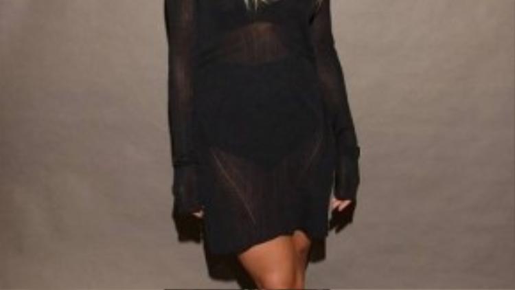 Rita Ora xuất hiện tại show của Vera Wang trong bộ váy ren xuyên thấu với phong cách chuyên nghiệp và thời thượng.