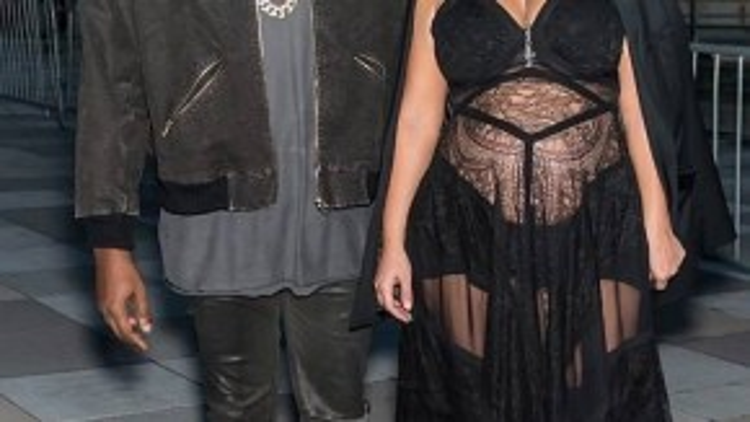 Vợ chồng nhà Kim Kardashian - Kanye West nổi bật với phong cách cực ngầu. Kim còn không ngại khoe bụng bầu trong chiếc đầm ren dài xuyên thấu.