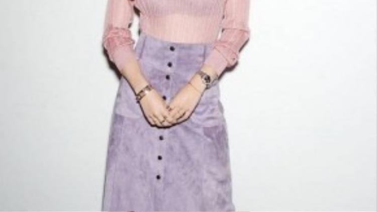 Bella Thorne ngọt ngào trong bộ trang phục mang phong cách cổ điển với gam màu pastel nhẹ nhàng, đáng yêu.