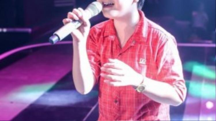 Trương Thế Thanh quá nhập tâm vào ca khúc đến mứcrơinước mắt.