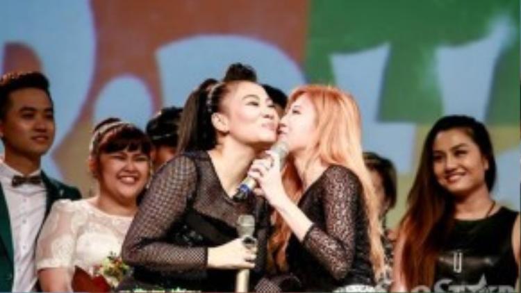 Trong đó, việc các học trò lần lượt xếp hàng đến hôn Thu Minh khiến nhiều người hâm mộ của giọng ca Đừng yêu cảm thấy thích thú, phấn khích.