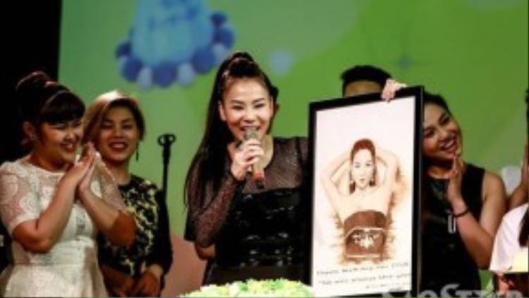 Cô cười hết cỡ và bày tỏ niềm hạnh phúc khi nhận được bức tranh vẽ mình.