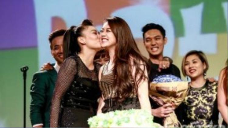 Cô cũng thể hiện tình cảm yêu mến đặc biệt dành cho các ca sĩ trẻ bằng những nụ hôn.
