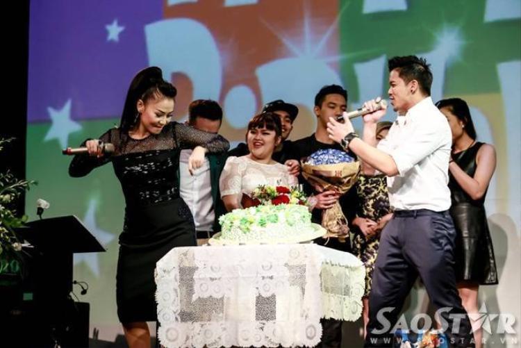 Thu Minh được dàn học trò hôn 'tới tấp' trong đêm sinh nhật