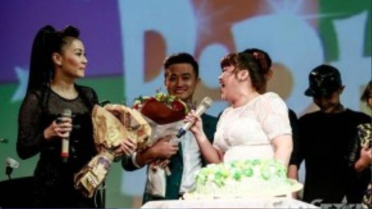 """""""Nữ hoàng nhạc dance"""" xúc động vì những gì học trò dành cho mình trong ngày sinh nhật. Cô cho biết, đây là lần đón sinh nhật hạnh phúc trong cuộc đời vì vợ chồng mình còn đón thêm một thành viên mới trong gia đình - con trai đầu lòng: bé Gấu con."""