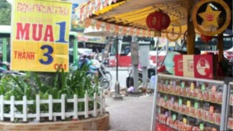 Cửa hàng bánh trung đại hạ giá sớm để dọn hàng. Ảnh: Zen Nguyễn.