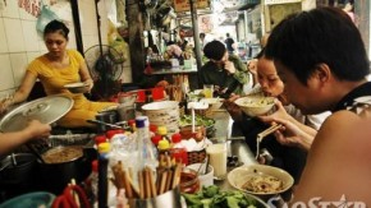 Khi ăn thực khách sẽ dùng đũa đảo trộn đều để bánh phở ngấm gia vị, nước trộn. Phở tíu có hương vị thơm, ngậy của hành khô, lạc rang và vị ngọt đậm đà của thịt quay kết hợp với vị chua chua của giấm. Quán nhỏ, đông khách nên muốn không chờ đợi bạn phải tới sớm. Giá bát phở tíu khoảng 25.000 đồng.