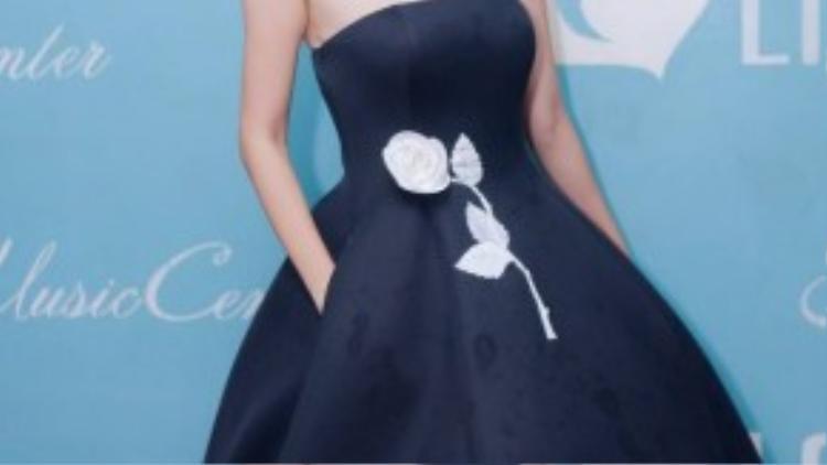 Cựu người mẫu Xuân Lan diện một thiết kế của Đỗ Mạnh Cường.