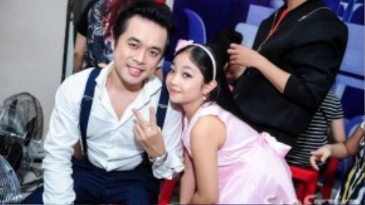 """Dương Khắc Linh nhí nhảnh chụp ảnh cùng """"công chúa tóc mây"""" Hồng Minh."""