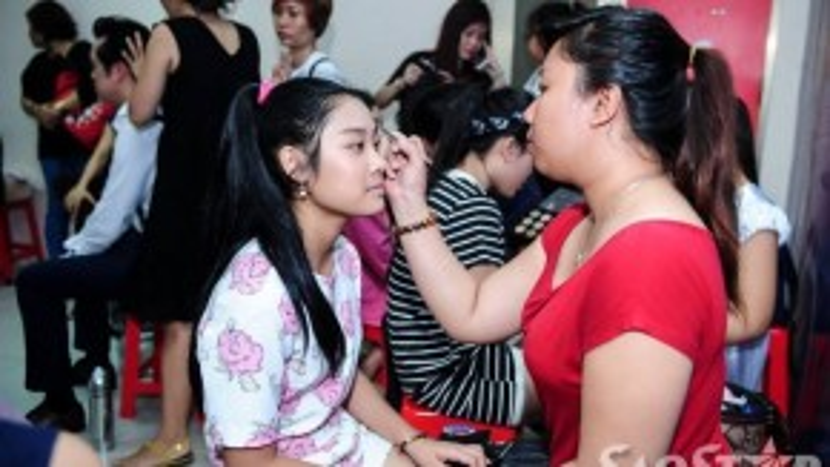 Thu Thủy team Hồ Hoài Anh đang được chuyên gia trang điểm hóa trang trước khi lên sân khấu.