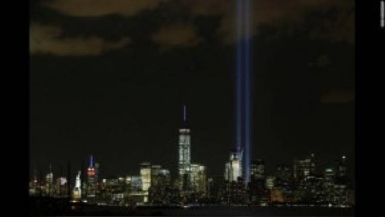 Thành phố New York chiếu đèn lên trời đêm ngày 11/09 để tưởng niệm gần 3000 nạn nhân thiệt mạng trong vụ khủng bố lịch sử nước Mỹ 14 năm trước. Màn chiếu ánh sáng được thực hiện ở Ground Zero, khu vực tháp đôi Trung tâm thương mại ngày trước, nơi nhiều có nhiều người chết nhất sau khi lực lượng khủng bố Hồi Giáo đâm 2 máy bay thương mại vào đây. Sự kiện này cũng chính thức vẽ một bước ngoặt mới cho cuộc sống của cộng đồng người Hồi Giáo sống tại Mỹ, khó khăn và chông gai hơn rất nhiều.