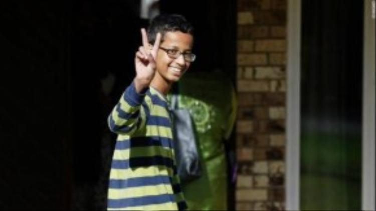 Ahmed Mohamed, cậu bé tâm điểm truyền thông những ngày vừa qua nở nụ cười lúc quay về nhà mình tại Irving, Texas ngày 17/09. Cậu bé 14 tuổi đã bị Ban giám hiệu trường Mac Athur gọi cảnh sát tới bắt giữ chỉ vì chế tạo một chiếc đồng hồ điện tử có hình dánh giống một quả bom. Ngay khi câu chuyện được công bố trên mạng xã hội, đã có hàng trăm nghìn ý kiến phản đối cách xử sự mang tính phân biệt đối xử và kì thị Tôn giáo của nhà trường cũng như phía cảnh sát, thậm chí đã có hẳn một hashtag #IstandwithAhmed được lập ra, thu hút sự chú ý của truyền thông, xã hội để bảo vệ quyền lợi cho cậu bé sáng tạo. Ahmed cũng đã được nhiều nhân vật nổi tiếng như CEO Facebook, Tổng thống Mỹ gửi lời động viên và mời tới tham quan nơi làm việc.