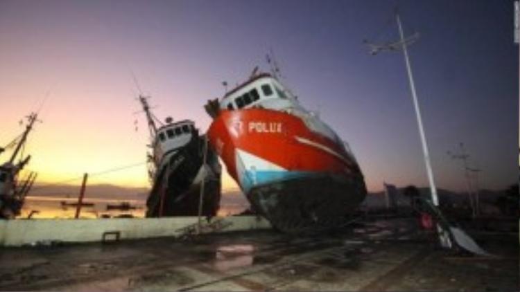 Tàu sắt bị sóng thần đánh dạt lên bờ cảng tại Coquimbo, Chile. Trận sóng thần là hậu quả của dư chấn vụ động đất 8.3 độ Richter xảy ra vào tối ngày 17/09. Đã có 5 người chết và vài người bị thương sau vụ địa chấn.