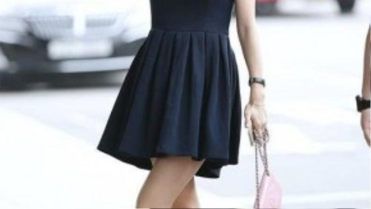 Jessica thể hiện gu thời trang sang chảnh và ổn định của mình với váy liền dáng xòe cùng đôi sneaker nữ tính.