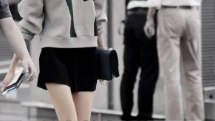 Đôi chân mảnh dẻ của Yoona càng thêm dài hơn khi cô mặc váy ngắn và xỏ chân trong một đôi sandal bệt nhẹ nhàng.