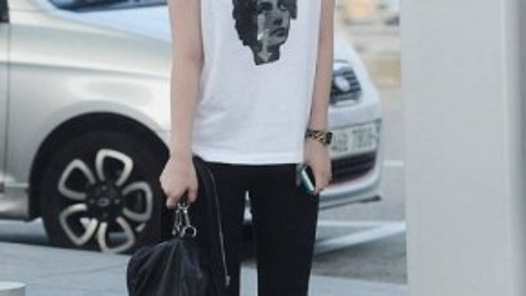 Cô nàng Sulli khoe style năng động, nghịch ngợm với skinny đen, áo ba lỗ trắng và giày thể thao.