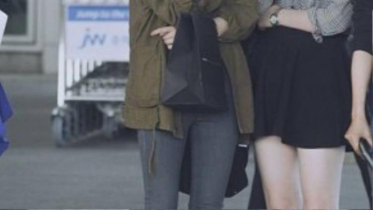 Krystal & Sulli của nhóm f(x) cùng nhau ăn gian chiều cao trước một thiết kế giày bệt khi kết hợp cùng skinny jeans và short jeans.