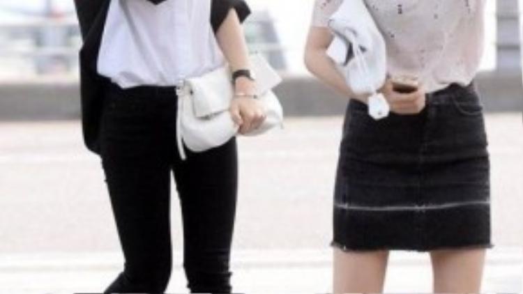 Hai chị em Jessica và Krystal thoải mái với cách mix áo phông, sơ mi cùng skinny hay váy denim, tôn thêm chiều dài cho đôi chân trong khi chỉ kết hợp với slips-on da đen đế bệt.