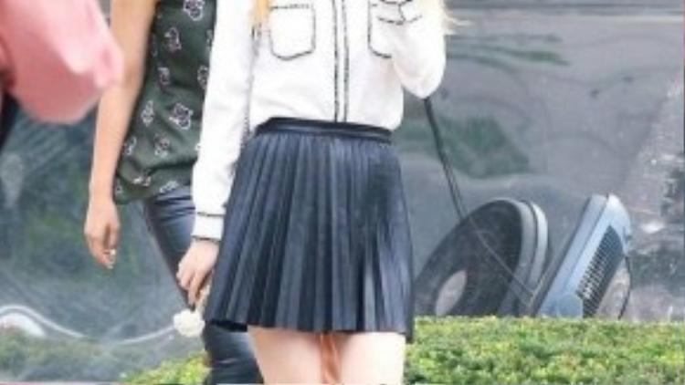 Trong khi Seohyun thì cũng váy xòe ngắn trên gối, nhưng cô nàng còn tinh tế chọn thêm đôi flats mũi nhọn nên càng giúp tăng hiệu ứng chiều cao.