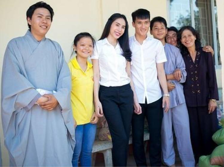 Sao Việt giản dị với áo sơ mi khi đi làm từ thiện